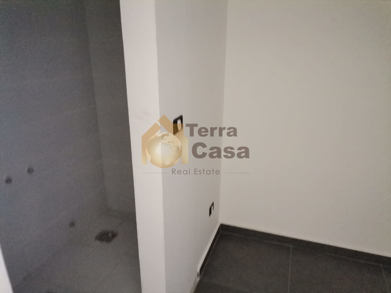 Brand new apartment with 40 sqm terrace .
